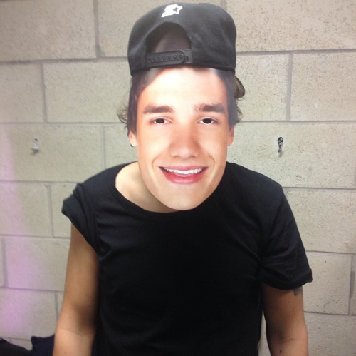17flack:  Harry wearing a Liam face mask