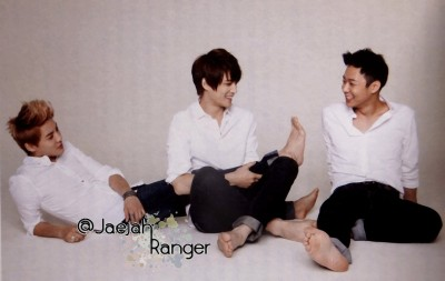 pervingonkpop:  Yoochun, just do what we all want to do and touch Junsu's foot.  /sigh there goes that pesky foot fetish again. lol