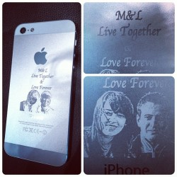 IPhone 5 personnalisé par nos soins en direct laser marking.  #makeandmark #laser #tattoo #tatoo #tatouage #customization #customisation #personnalisation #marquage #gravure #etching #tag #design #accessorize #accessoires #paris #france #pigalle #raspail #apple #iphone #iphones #iphone4 #iphone4s #iphone5 #love #forever #live #together (à Make & Mark - Martyrs)