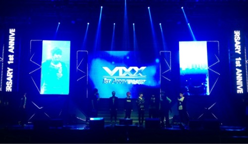 fyeah-vixx:  @RealVIXX:  [ST☆RLIGHT_TODAY] 나는 로빅이다. 초록창에서 #hyde 실검 1위를 기록하고 있는 빅스요원들은 첫 돌잔치 리허설을 본공연처럼 하고 있다. 별빛파워를 보내주기 바란다.  [ST☆RLIGHT_TODAY] I am ROVIX. VIXX Agents who recorded #1 on the green search engine with #hyde are rehearsing for their first anniversary party as if it was real. Please send Starlight power to them. Trans. cr: fyeah-vixx