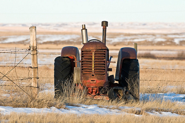 1212_0215 Massey Harris by wild prairie man on Flickr.A través de Flickr: I've been driving past this old Massey Harris tractor on the outskirts of Val Marie for years. At last I stopped for a photo. Since my usual subject is the natural world and my usual direction is the other way, it's rare to drive by this relic with time to stop, camera in hand, and good light. Finally! Don't use this image on websites, blogs or other media without explicit permission.  © James R. Page - all rights reserved