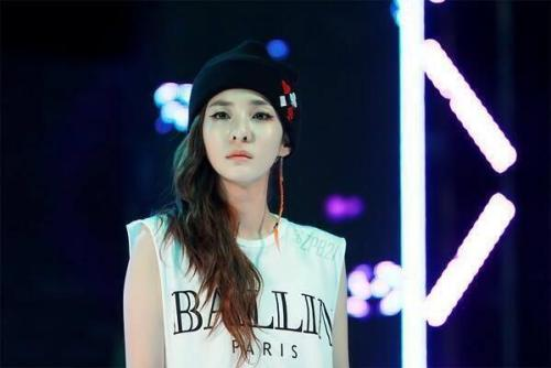 "[130522] Dara (@krungy21): 'Pure Dara' Photo from Ajou University Festival ChungchohaDARA(Chungchohada means ""It's pure"") The photo is from 2NE1's performance at the Ajou University Festival. Dara designed the beanie herself. Translated by: kristinekwak@ygladies.com"
