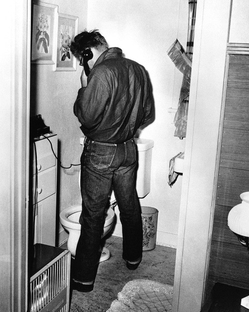jamesdeandaily:  Frank Worth photographs James Dean… multitasking.