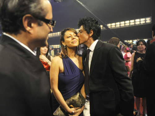 SRK & Gauri - Filmfare 2011 open in new tab