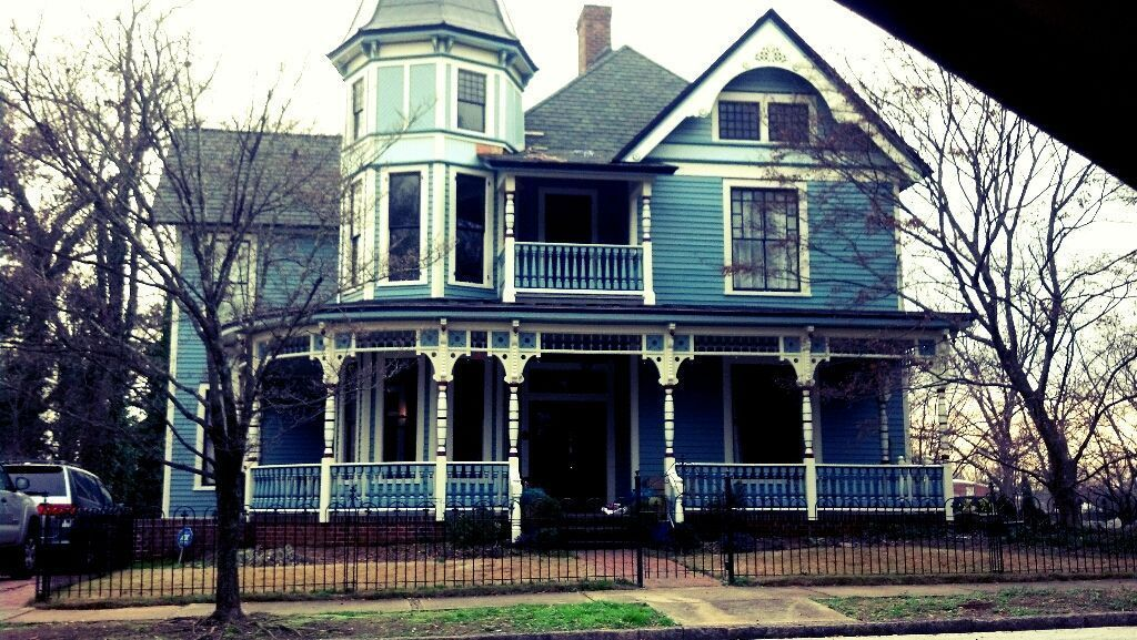 dillydallydoe:  Victorian house down the street