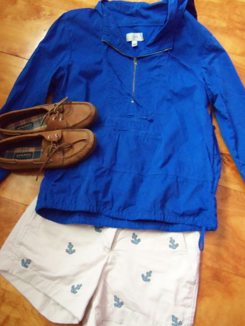 nevertrustapreppygirlwith:  aprettypreppylife:    OOTD Anorak & Critter Shorts: J.Crew  |  Shoes: Sperry Top-Sider          (via TumbleOn)