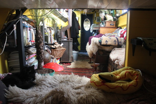 bohemianhomes:  Moon to Moon: The houseboat of Illustrator tabby Booth