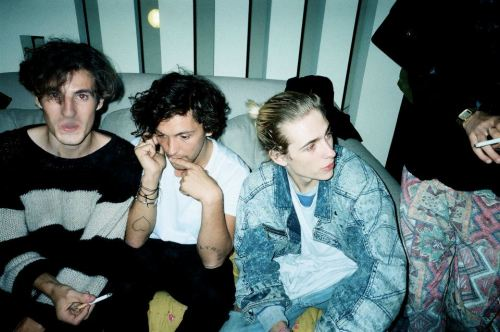 superfooood:  ok swim deep have such photos that would fit blogs that are 'disposable' , 'pale' and that  shit