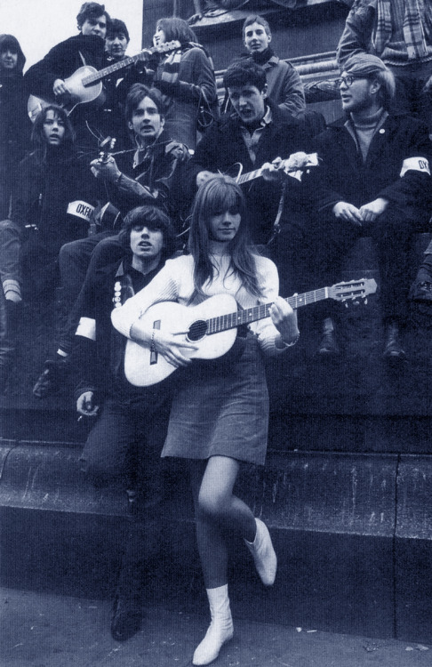 ladiesofthe60s:  Françoise Hardy playing with some groovy people on the street, c. 1965.