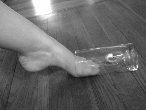 lolsofunny:  thinsiqnificant:  my glass slipper doesnt fit  (lol here!)