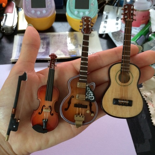 androigynous:  Guess who own some mini super cute instruments.