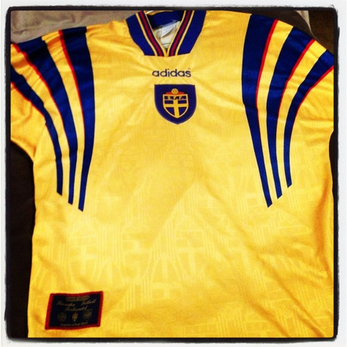 Shirt of the day: Sweden, @Adidas, 1996 courtesy of @simonaldo @leewarner2   Another entry for Sweden into the collective - in honour of Henrik Larsson and Tomas Brolin.