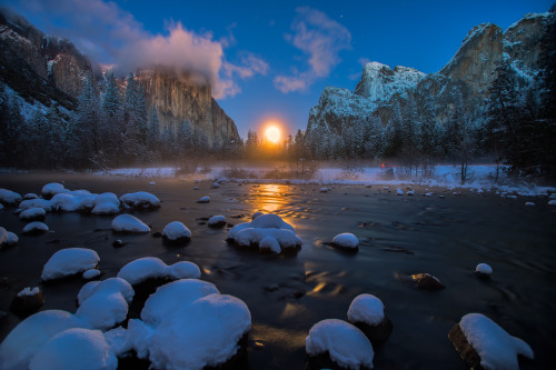 americasgreatoutdoors:  The Moon rising over the valley in Yosemite National Park. Photo: Manish Mamtani