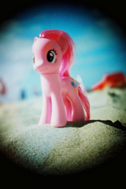 ask-enfy submitted:  Pinkie Pie loves the beach :3