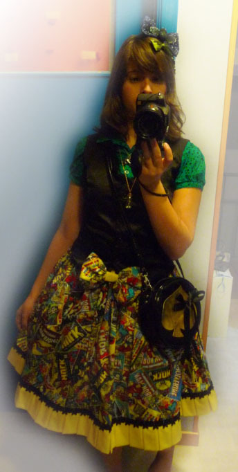 shinybumofleonardodavinci:  quick picture of a coord with my marvel skirt my new pimped bag and my bat hairbow ~ 8D don't remove the source please ;)