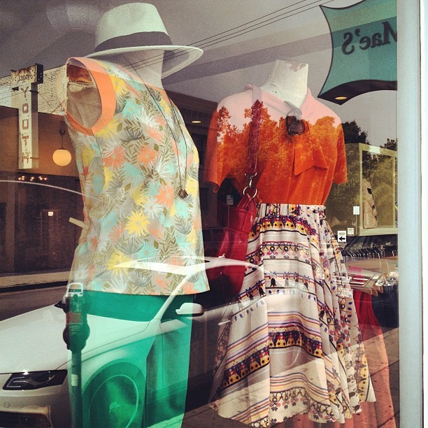 New window displays at #unamaeslosangeles.
