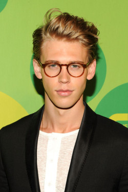 2013 CW UPFRONT PRESENTATION - AUSTIN BUTLER 'I Am Starstruck' International Feature It's UPFRONTS season in Hollywood at the moment!  TV executives are prepping their flashy presentations for advertisers and the best part of these events is that the stars of the shows hit the red carpet themselves. The 2013 CW Upfront Presentation was held on Thursday at the London Hotel in New York City. 'The Carrie Diaries' star Austin Butler sported uber cute geeky specs on the red carpet. Image Source: Zimbio