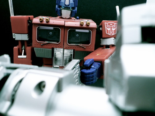 Autobot-Decepticon Thumb War!