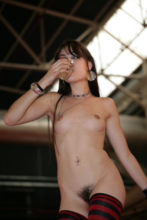 rapedolls:albicocca90:Sasha Grey drinks her own piss then she spits it at the audience from the stage (I love this girl!). Sasha Grey beve la propria pipì e poi la sputa dal palco sul pubblico (adoro questa ragazza!)What a girl. I wonder if the audience loved it or were annoyed to be wandering around with piss drying in them for the rest of the day.