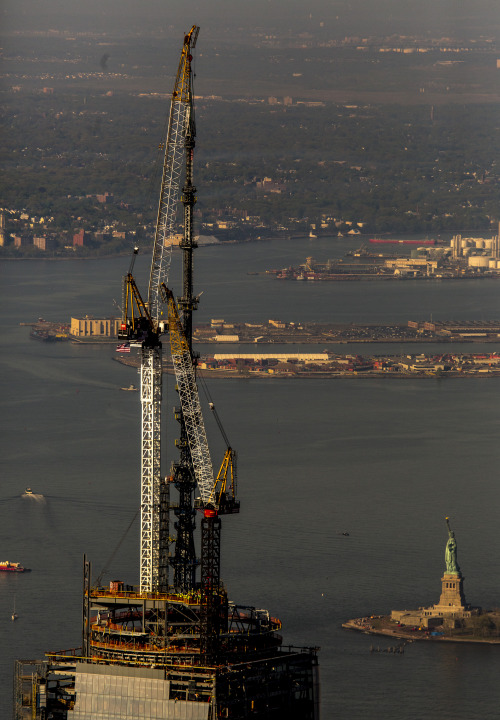 discoverynews:  insiderimages:  The final piece of the spire at One World Trade Center is lifted into place in New York, May 10, 2013. The tower now rises to a symbolic 1776 feet, making it the tallest building in the western hemisphere. INSIDER IMAGES/Gary He (UNITED STATES) To license these images and more, click here.  Beautiful skyline.