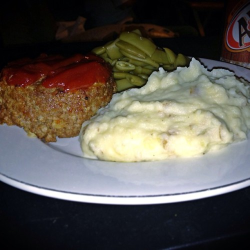 Meatloaf, skin-on mashed potatoes and Italian cut green beans…#instayum #meatandtaters
