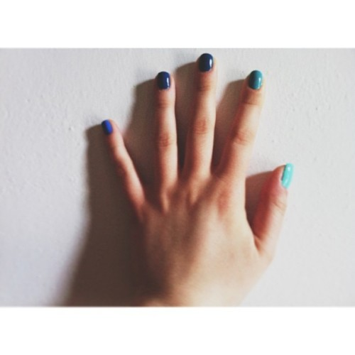 hand ✋ || #InstaSize #hand #fingers #nails #nailart #ombré #blue #green #wall