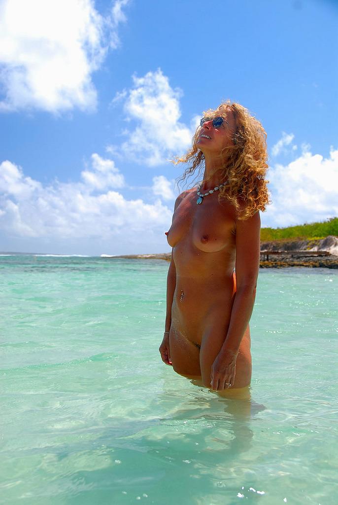 rihanna twerks upside down in a bikini video,twerking turkey in spanish,twerk urban dict philippines