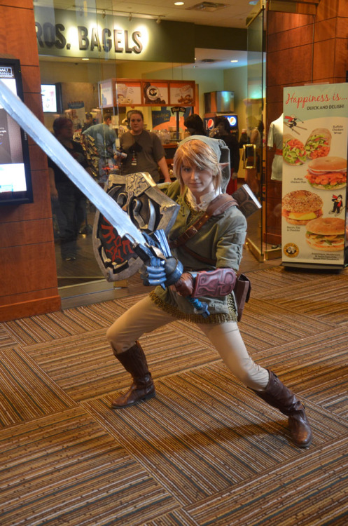jakface-stuff:  amouranth:  A shot of my Twilight Princess Link cosplay at Anime Matsuri 2013.  Photo by Aurum Cosplay http://aurumcosplay.com/anime-matsuri-review/ Feel free to check out my other stuff or follow me on: deviantart: http://amouranth.deviantart.com/ facebook: http://www.facebook.com/Amouranth youtube: http://www.youtube.com/Amouranth  Looks like Link is defending the bagel store. GANONDORF WON'T HAVE HIS WAY WITH A TOASTED CREAM CHEESE AND LOX ON SESAME IF I HAVE ANYTHING TO SAY ABOUT IT! HYAUGH!