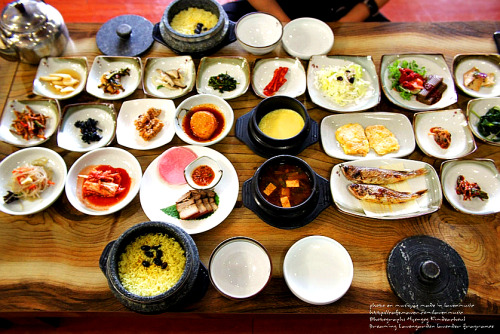 southkoreanfood:  Korean table setting featuring 반찬 Banchan (sidedishes). SouthKoreanFood