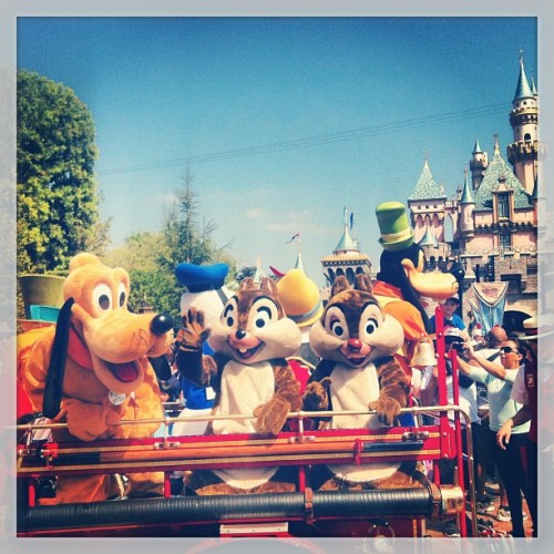 Yay! #disney #disneyland #pluto #chipanddale #chip #dale #goofy #Pinocchio donaldduck #mickeymouse #mickey  (at Fantasyland)