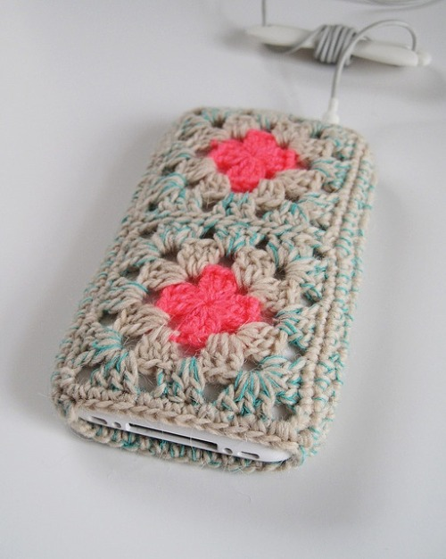 podkins:  What do you think about this? Crocheted granny iPhone case by  eccomin via Flickr.  So pretty!