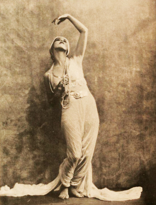 wehadfacesthen:  Martha Graham, 1922, while she was still a student at the Denishawn School in Los Angeles via mudwerks (by Captain Geoffrey Spaulding)