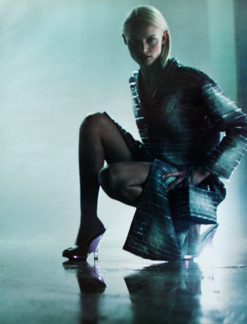 leforetenchante:  Amber Valletta for Prada S/S 1996.