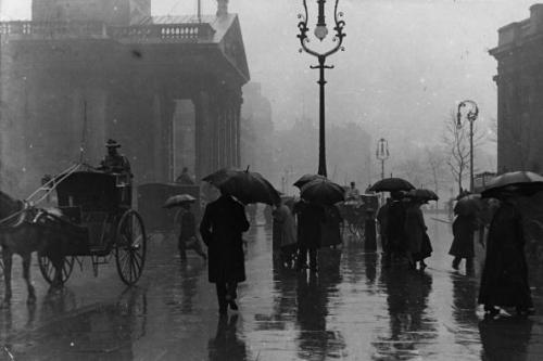 viα undr: F. J. Mortimer | A rainy day on London's streets in the early 1900's.