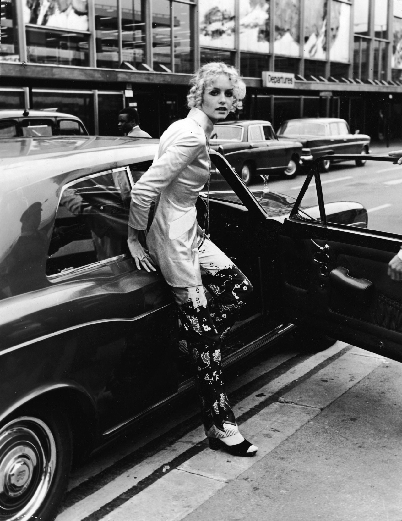 Stars & Cars: Twiggy If we had to measure the history of teen models, we think Twiggy is up there in the Top 3. Her and Penelope Tree reigned supreme in the 60's. Here's Twiggy popping out of a chic Rolls Royce in 1970. To emulate her magic dust, take a peek at the epic Rolls Royce's available on eBay (with a bid starting at $7,000 USD — no kidding).  (Photo: Courtesy of Getty Images. Text by Jauretsi)