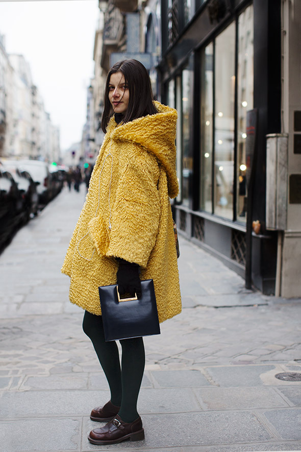 voguestree-t:  chanel—apparel:  a—la-mode:  lovin her handbag!