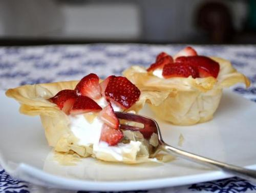 strawberry and yogurt phyllo cups: recipe here