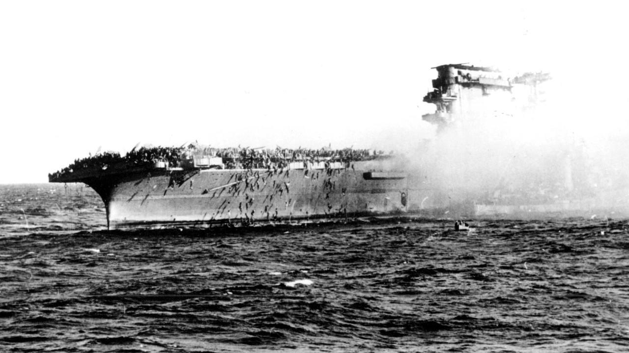 Экипаж USS Lexington покидает горящий корабль, 1942 год