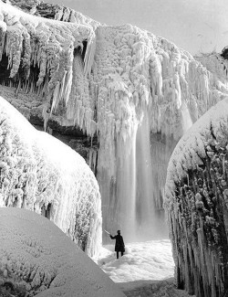 peterfromtexas:  Niagara Falls Frozen Solid in 1911