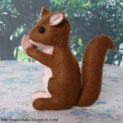 Felt Squirrel | Nuno Life I'm all about sewing at the moment and have some really fantastic patterns that i have been collecting. This sweet little felt squirrel would be so cute to make as Christmas ornaments don't you think?! Sorry, I shouldn't be talking about Christmas yet! Haha!