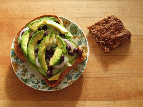 garden-of-vegan:  whole wheat toast with romaine, cucumber, red onion, black beans, avocado, salt, and pepper, and a chocolate peanut butter oatmeal protein bar (a variation on the vegan oatmeal protein bars recipe at www.ilovevegan.com)