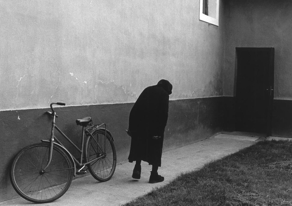 losed:  GERMANY. 1984. East Berlin tenement. by Leonard Freed