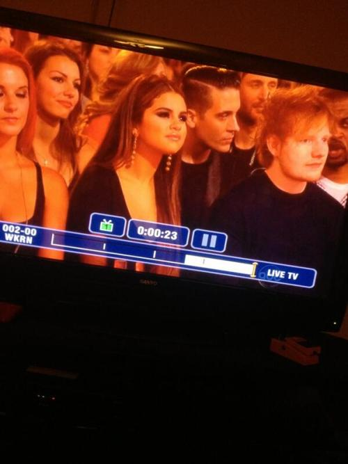 smg-news:  Selena Gomez sitting next to Ed Sheeran at the BBMAs   I JUAT DIED