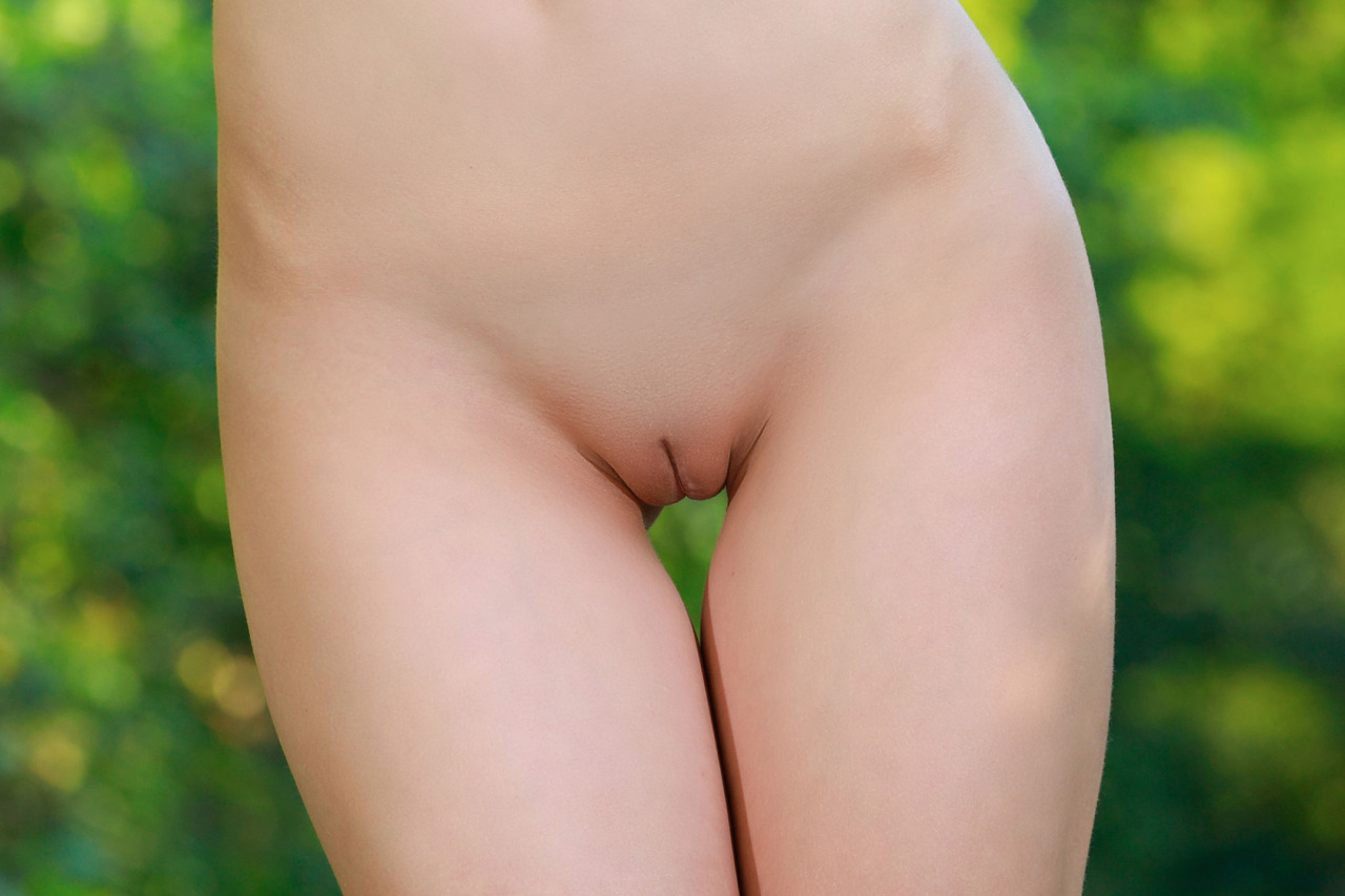 Sweet and smooth innie pussy… :-)PhotoEdit.MetArt Vivian.