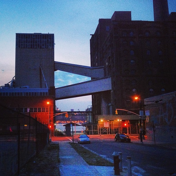 #dusk #williamsburg (at Domino Sugar Factory)