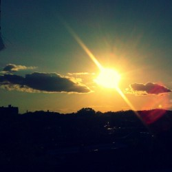 """Sunburst"" #abrooklynsoul #brooklynpoets #Brooklyn #Sun #Sundown #Sunset #EastFlatbush #Flatlands #NYC #NewYork #NewYorkCity #UrbanLandscape #UrbanDwellings #made_in_ny #igersofbk #explore_brooklyn #explore_community #explore_nyc #Clouds #SkyandClouds (at Flatlands)"