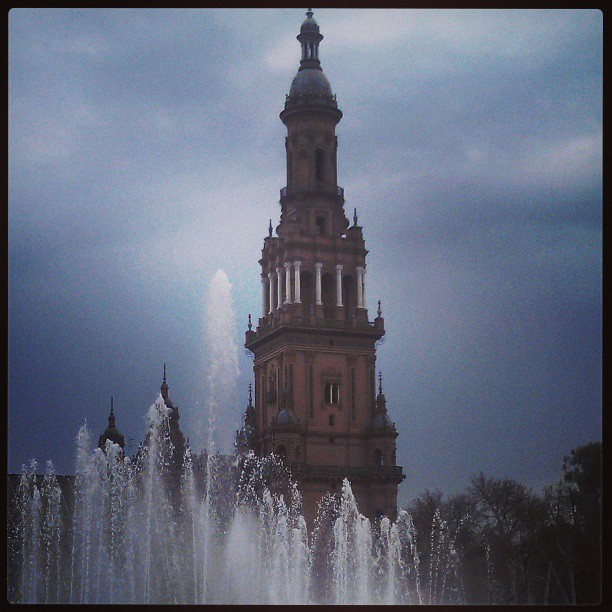 Fountains, plazas, and rainy day sum up Spain pretty well, even in its beauty. #Sevilla #PlazadeEspana