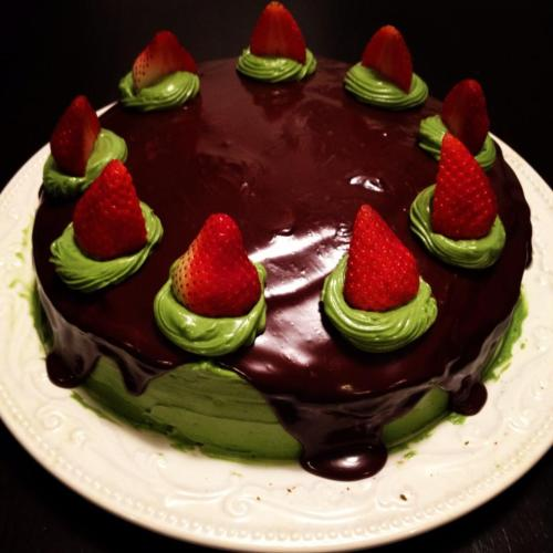 le-cookbook:  Matcha green tea cake with a dark chocolate ganache and matcha green tea buttercream frosting with strawberries.http://le-cookbook.tumblr.com