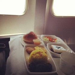 Experience the best of Indonesian cuisine and hospitality at 38000ft, on board the revitalised fleet of Garuda Indonesia. #indonesia #garudaindonesia #boeing #737 #yellowrice #nasikuning #crewlife #aviation #businessclass #window #pilot #aircraft #meal #happy #excutiveclass #foodporn #food #best #sky #travel #style
