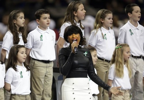 "Jennifer Hudson sings ""God Bless America"" with the Sandy Hook Elementary School Choir (Photo: Evan Vucci / AP) In an emotional pre-Super Bowl moment, Hudson and the choir all wore green ribbons, a sign of their support for the school, which lost 20 students and 6 staff members in a horrific December shooting. See more photos of Super Bowl entertainment."